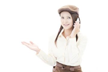 電話中の笑顔のウェイトレス