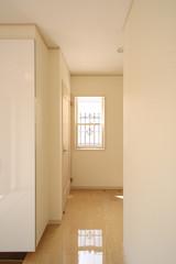 お洒落(アンティークな面格子)な新築住宅の玄関ホールイメージ