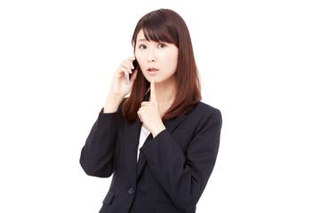 電話をして考えるビジネスウーマン