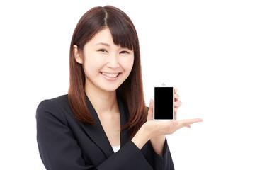 スマートフォンを見せて笑うビジネスウーマン