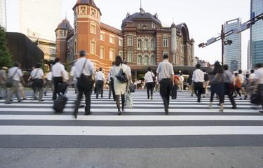 東京駅と丸の内のビジネスマン イメージ(スローシャッター)-689