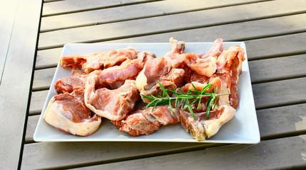plat de côtelettes d'agneau crues