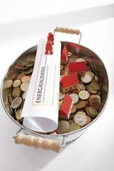 Energieausweis und Topf mit Euro-Münzen