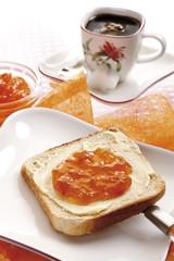 Scheibe Toast mit Butter und Orangenmarmelade