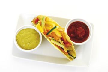 Tortilla- Wrap gefüllt mit vegetabke auf Tablett,erhöhte Ansicht
