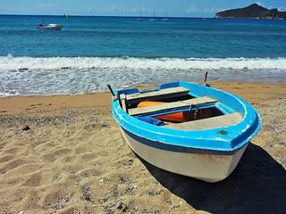 Barca abbandonata sulla spiaggia