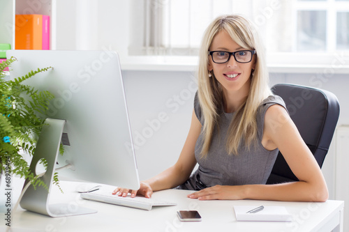 canvas print picture Portrait of young successful businesswoman in the office
