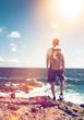 canvas print picture - Mann steht auf einem Felsen und blickt auf das Meer