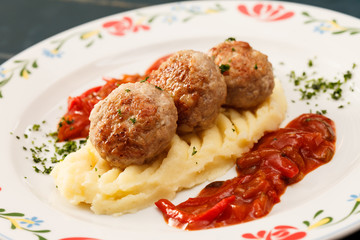 meatballs with mashed potatoes