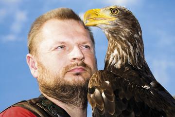 Brauner Adler und Falkner