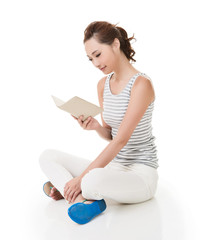 woman sit on ground and read a book