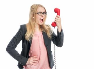 Frau schreit in einen Telefonhörer