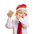 Kind lauscht an Geschenk zu Weihnachten
