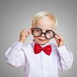 Kurzsichtiges Kind mit dicker Hornbrille