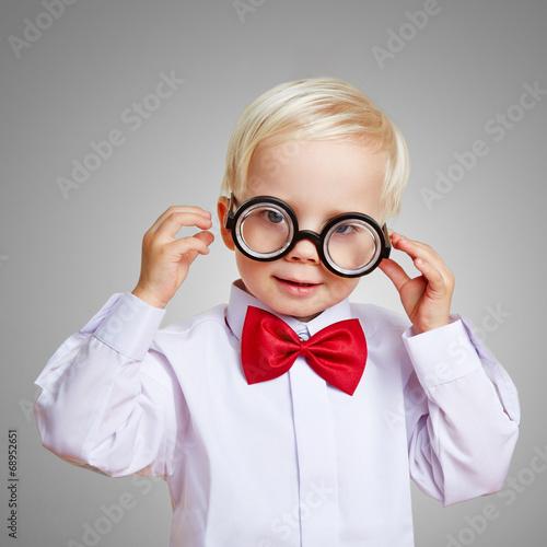 canvas print picture Kurzsichtiges Kind mit dicker Hornbrille