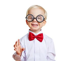 Glückliches Kind mit Hornbrille und Fliege