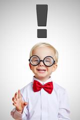 Kind hat Idee mit Ausrufezeichen über dem Kopf
