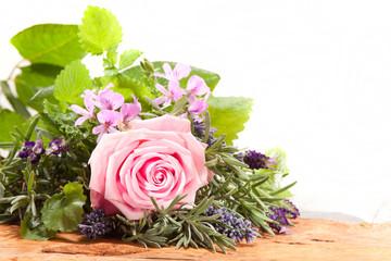 Bouquet Rose mit Kräutern
