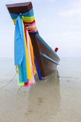 Geschmücktes Langschwanzboot am Strand in Thailand