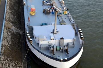 Binnenschiff im Hafen