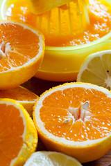 Orangen und Zitronen mit einer Zitruspresse