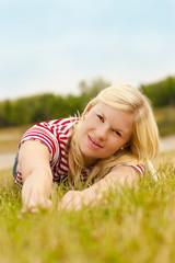Junge Frau im Gras