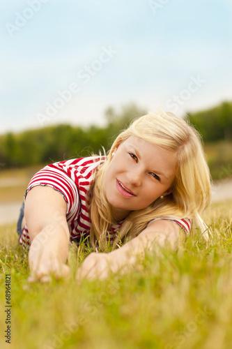 canvas print picture Junge Frau im Gras
