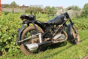старый советский мотоцикл вид справа