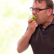 Mann mit Schmerzen beim Apfel beißen
