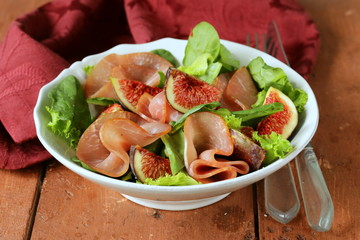 salad with smoked ham and fresh sweet figs