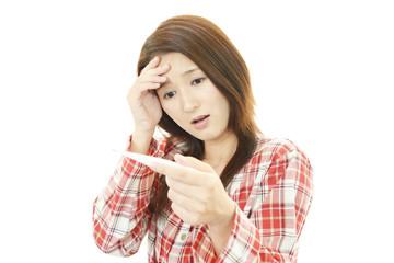 体調不良を訴える女性