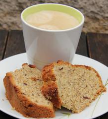 rührkuchen mit gehackten haselnüssen und kaffee in der tasse