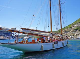 Voilier dans le port de Bonifacio en course