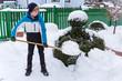 Teenager beim Schnee schaufeln