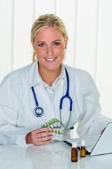 Arzt schreibt ein Rezept für Tabletten