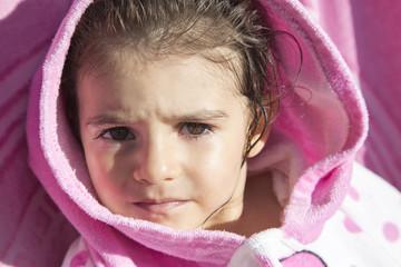 Bambina con accappatoio