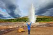 Woman -turist delighted geyser Strokkur