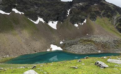 Grünlicher Gebirgssee
