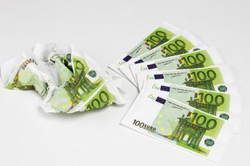 100 Euroscheine auf weißem Hintergrund