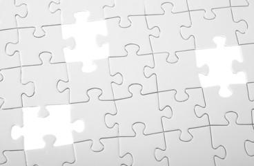 Letzte drei Teile eines weißen Puzzles