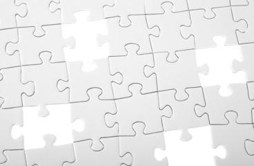 Letzte vier Teile eines weißen Puzzles