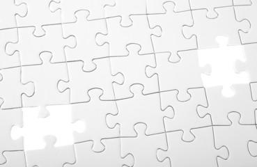 Letzte zweiTeile eines weißen Puzzles