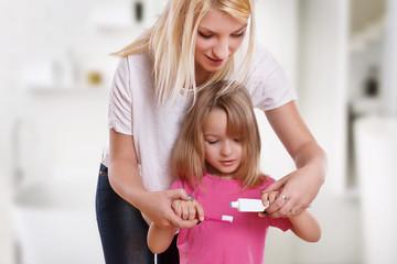 Mutter und Tochter beim Zähne putzen