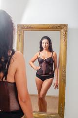 Spiegelbild einer Frau in Dessous