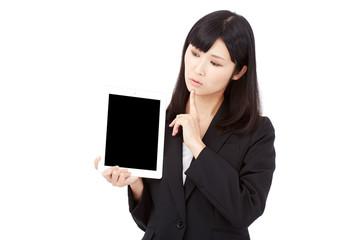 タブレットを持って考えるビジネスウーマン