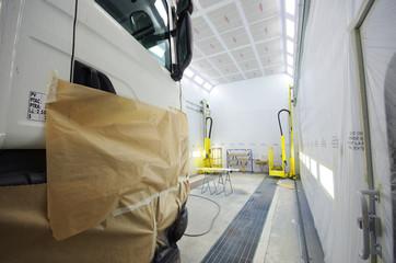 carrosserie - camion en cabine de peinture