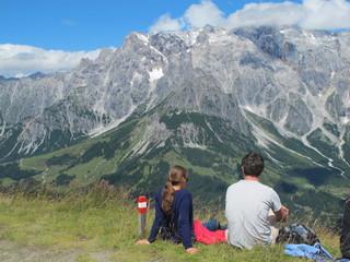 junges paar am berg