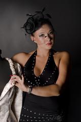 Junge asiatische Frau im Fotostudio mit Hut