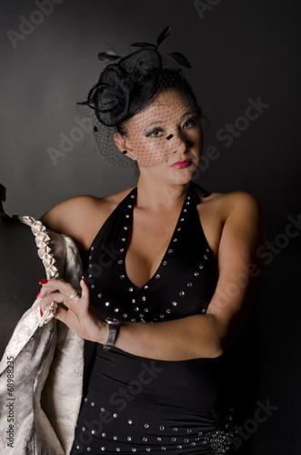 canvas print picture Junge asiatische Frau im Fotostudio mit Hut