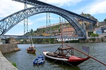 Ponte Dom Luis mit traditionellen Booten in Porto
